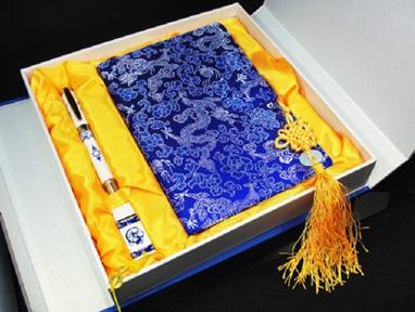 青花三件套:绸缎记事本、8GU盘、真瓷笔
